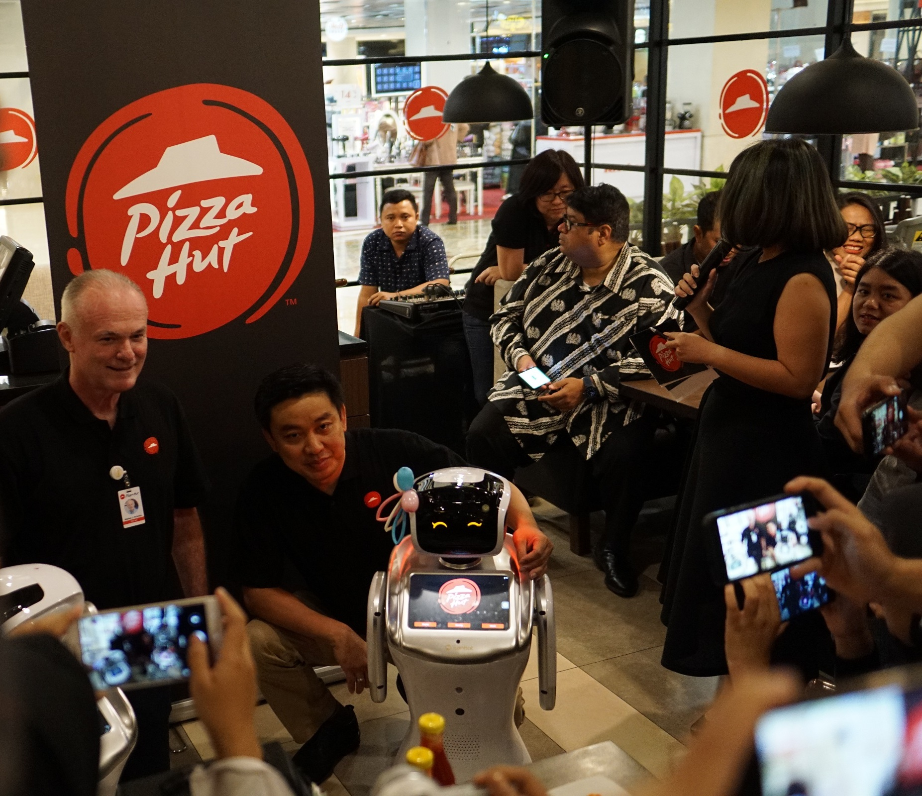 Pizza Hut Perkenalkan Black Pizza Meat Monsta Dan Robot Pintar