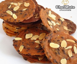 ALMOND CRISPY COOKIES WITH CHOCOLATE