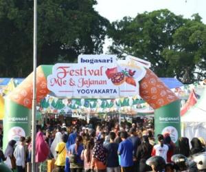 Ribuan Orang Datangi Festival Mie dan Jajanan Yogy...